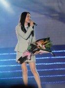 杨钰莹穿制服小短裙 美腿引尖叫